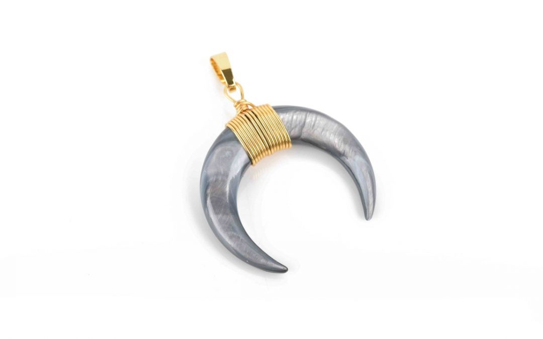 cresent horn pendant black